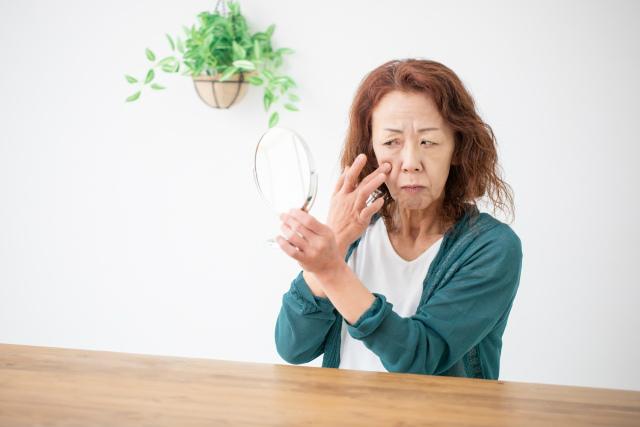 50代ほうれい線の原因は加齢による頬のたるみ
